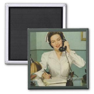 Enfermera del vintage en el teléfono imán cuadrado