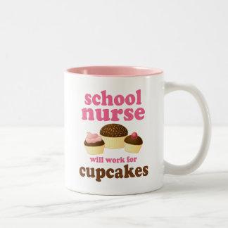 Enfermera divertida de la escuela taza de café de dos colores