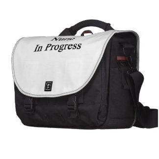Enfermera en curso bolsas de portatil