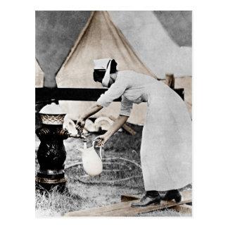 Enfermera en la bomba de agua WWI Postal