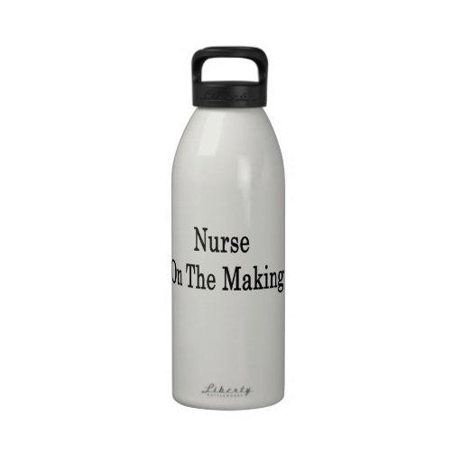 Enfermera en la fabricación botella de agua reutilizable