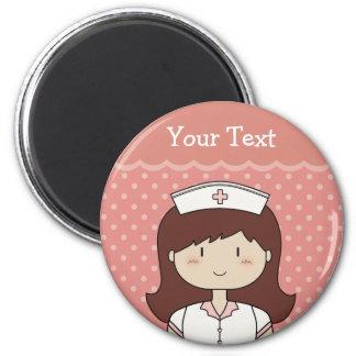 Enfermera linda del dibujo animado (brunette) imán redondo 5 cm