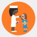 Enfermera linda del dibujo animado que da a los etiqueta redonda