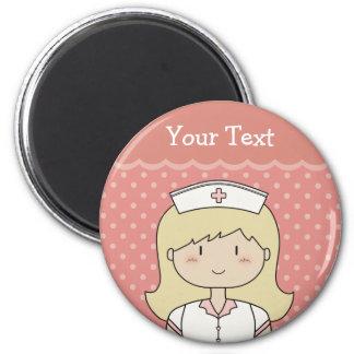 Enfermera linda del dibujo animado (rubia) imán redondo 5 cm