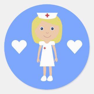 Enfermera linda del dibujo animado y azul adaptabl pegatina redonda