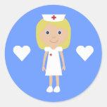 Enfermera linda del dibujo animado y azul pegatina redonda
