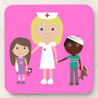 Enfermera linda del dibujo animado y rosa del pers posavasos