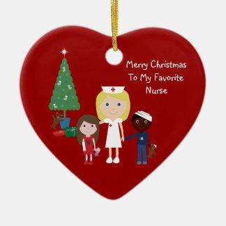 Enfermera, niños y árbol de navidad lindos del adorno de cerámica en forma de corazón