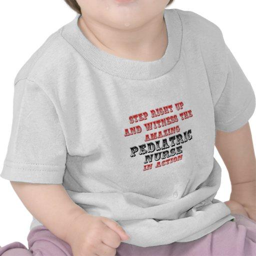Enfermera pediátrica asombrosa en la acción camiseta