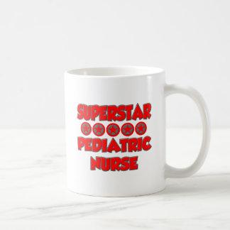 Enfermera pediátrica de la superestrella taza de café