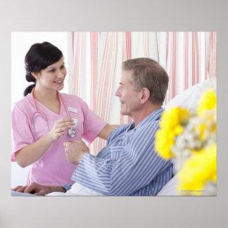 Enfermera que da la medicación paciente en hospita póster