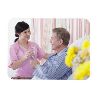 Enfermera que da la medicación paciente en imán foto rectangular