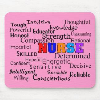 Enfermera que describe los regalos de las palabras mouse pad