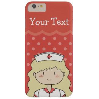 Enfermera rubia feliz con el pelo ondulado y el funda de iPhone 6 plus barely there
