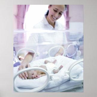 Enfermera y bebé prematuro poster