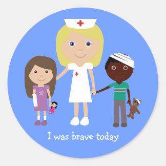Enfermera y los niños lindos era pegatinas pegatinas redondas