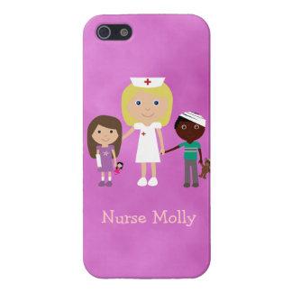 Enfermera y niños pediátricos lindos púrpuras iPhone 5 protector