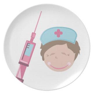 Enfermera y tiro platos de comidas