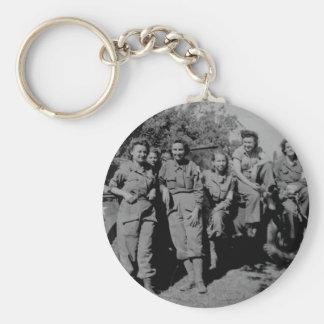 Enfermeras al lado del jeep WWII Llavero Redondo Tipo Pin
