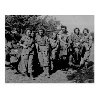 Enfermeras al lado del jeep WWII Tarjetas Postales
