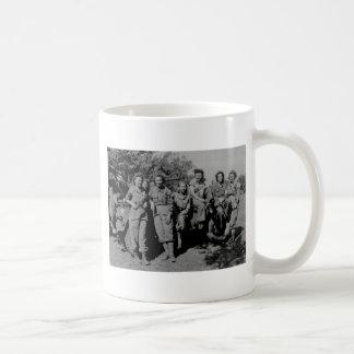 Enfermeras al lado del jeep WWII Taza De Café