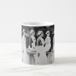 Enfermeras de la Primera Guerra Mundial con el Taza Básica Blanca