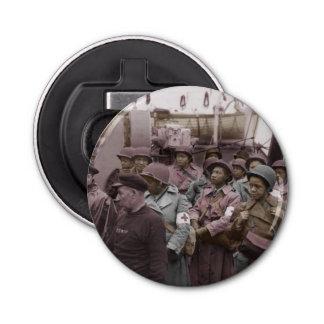 Enfermeras del afroamericano en a bordo abrebotellas redondo