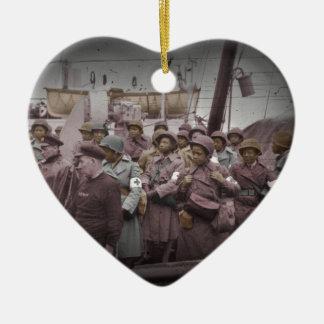 Enfermeras del afroamericano en la nave adorno navideño de cerámica en forma de corazón