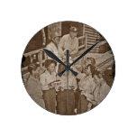 Enfermeras en el correo que consigue pacífico del  relojes de pared
