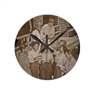 Enfermeras en el correo que consigue pacífico del reloj redondo mediano