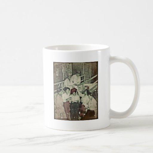 Enfermeras en el correo que consigue pacífico del taza de café