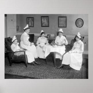 Enfermeras en el té 1900s tempranos posters