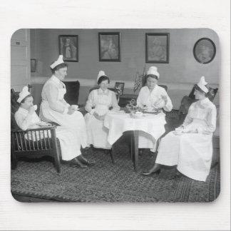 Enfermeras en el té 1900s tempranos alfombrillas de raton