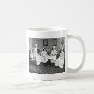 Enfermeras en el té, 1900s tempranos taza básica blanca