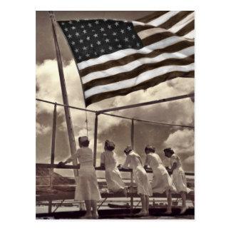 Enfermeras que miran una isla 1945 tarjeta postal