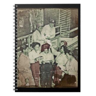 Enfermeras que reciben el correo libro de apuntes con espiral