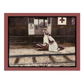 Enfermeras y herido en la estación de tren postal