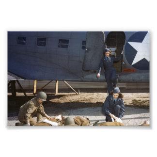 Enfermeras y médico del vuelo de USAAF que cuidan Impresiones Fotograficas