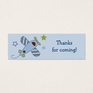 Enfoque a lo largo de etiquetas del regalo del tarjetas de visita mini