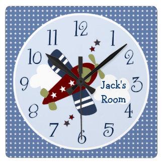 Enfoque a lo largo del cuarto de niños del reloj cuadrado