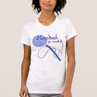 Enganchado en la camiseta del ganchillo