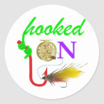 enganchado en la pesca con mosca etiqueta redonda