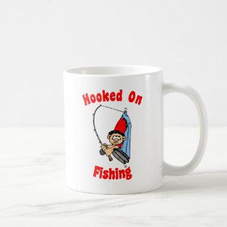 Enganchado en la taza de la pesca
