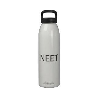 Enganchado no no actualmente al empleo, educación, botella de agua