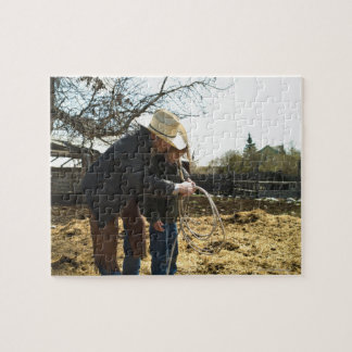 Engendre a la hija de enseñanza cómo utilizar el l puzzle