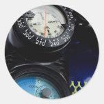 Engranaje del buceo con escafandra etiqueta redonda