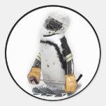 Engranaje del hockey del pequeño pingüino que pegatinas redondas