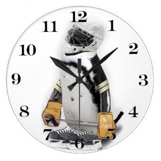Engranaje del hockey del pequeño pingüino que reloj redondo grande