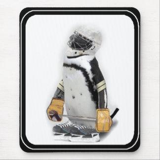 Engranaje del hockey del pequeño pingüino que alfombrillas de ratones