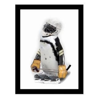 Engranaje del hockey del pequeño pingüino que postal